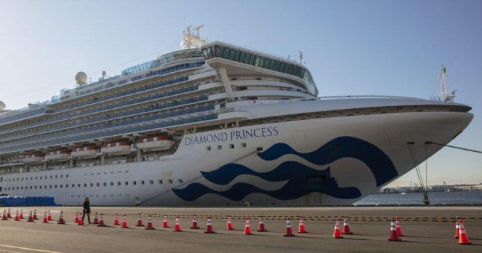 Перших пасажирів евакуювали з ураженого коронавірусом лайнера Diamond Princess