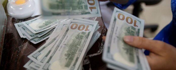 Долар майже 29, євро наближається до 32