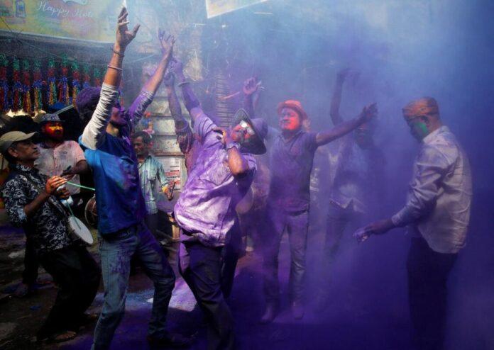 Тисячі людей в Індії відсвяткували фестиваль фарб Холі