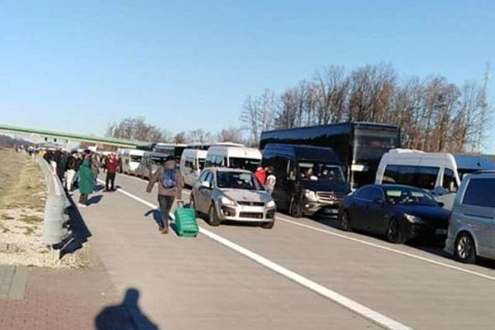 З'явилися фото великих черг українських заробітчан на польському кордоні