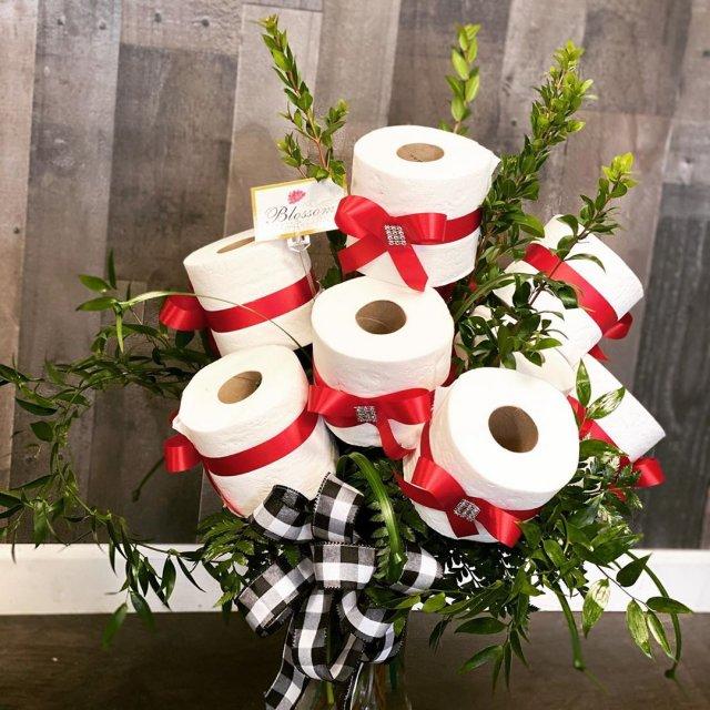 У США флорист робить букети з туалетного паперу