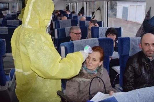 Сімох пасажирів, які прибули спецпотягами з ЄС, госпіталізували у Львові