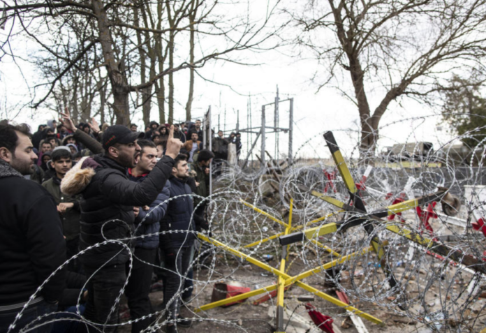 Тисячі біженців намагаються прорвати кордон з Грецією