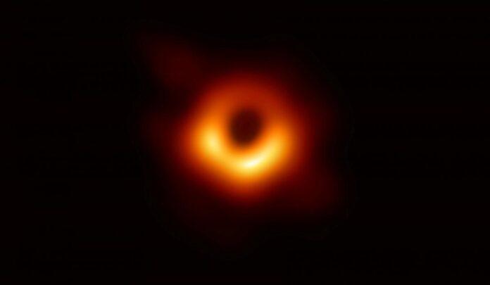 Вчені отримали нові знімки гігантської чорної діри