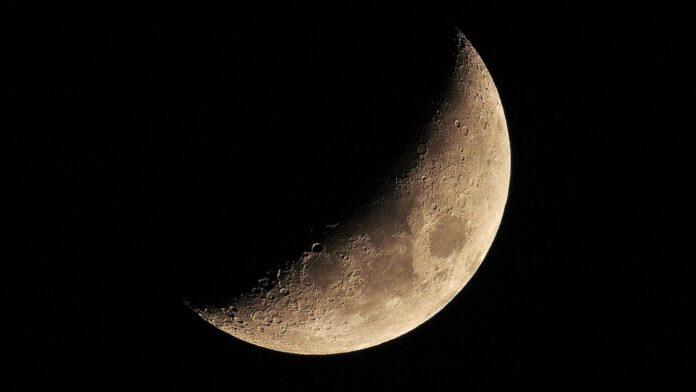 NASA вперше підтвердило наявність води на світлій стороні Місяця