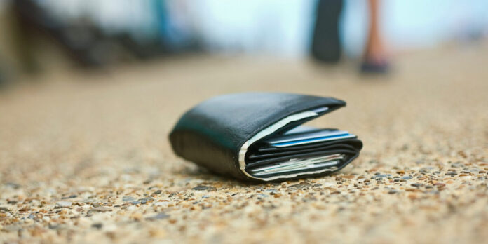 12-річний хлопчик, який отримав гідне виховання в сім'ї, знайшов на вулиці гаманець з великою сумою грошей та повернув його