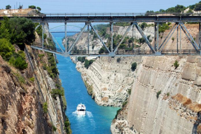 Зі схилу Коринфского каналу обсипався значний обсяг грунту